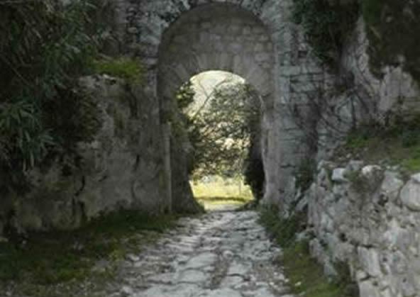 Saturnia - Porta Romana e via Clodia
