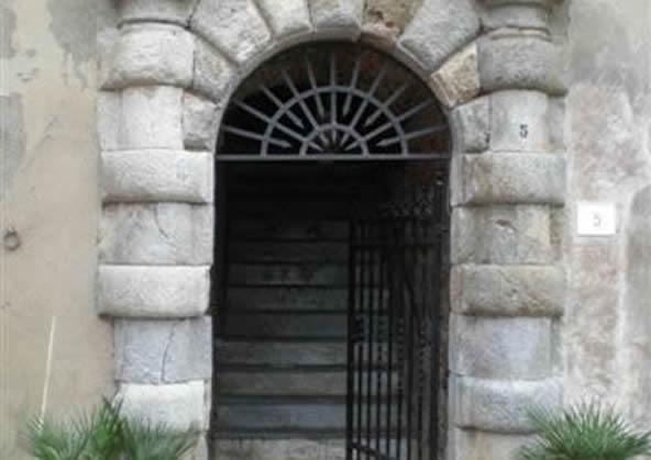 Portale in Piazza S. Barbara